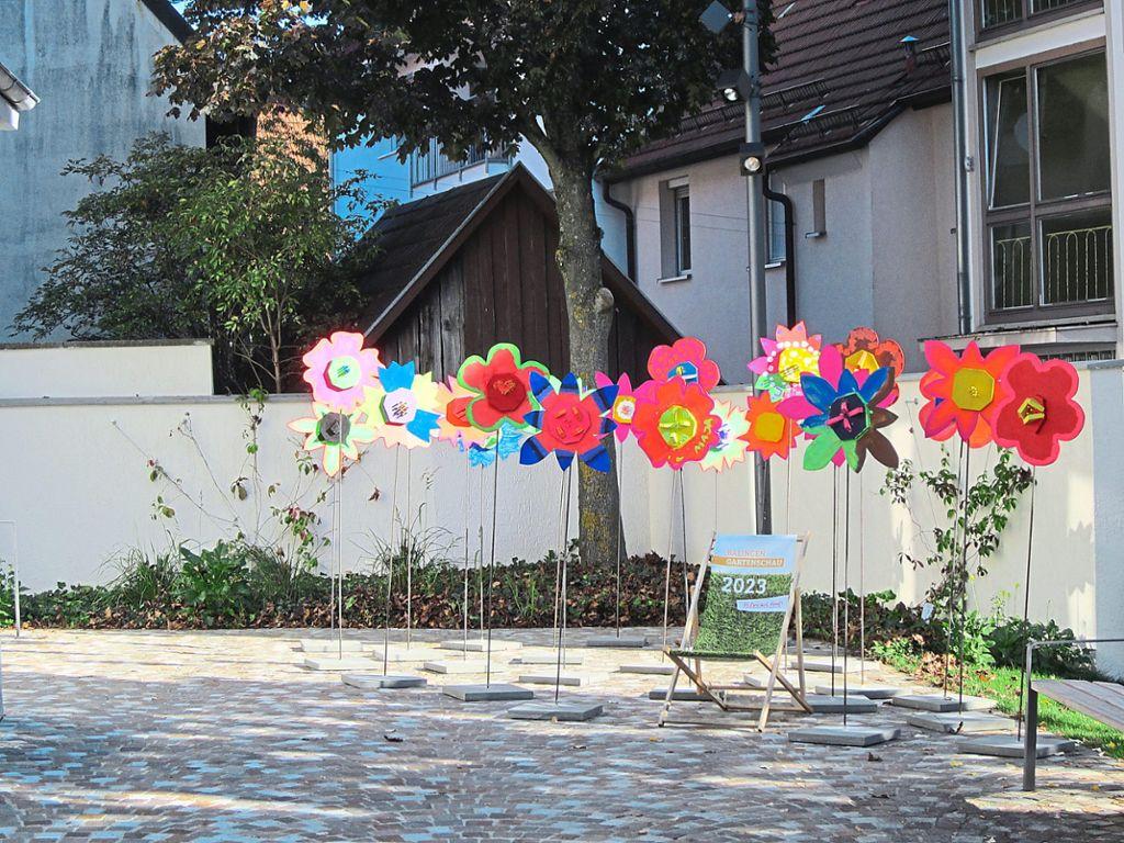 Holzblumen sind auf einem Platz aufreiht.