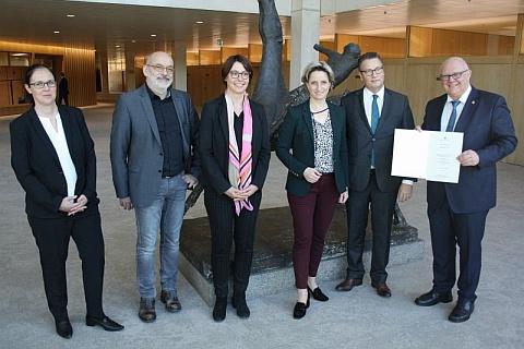 Das Bild zeigt von links nach rechts: Elisabeth Wochner, Michael Wagner, Annette Stiehle, Ministerin Dr. Nicole Hoffmeister-Kraut, Minister Peter Hauk und Oberbürgermeister Helmut Reitemann