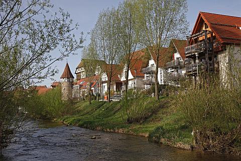 Fluss Eyach fließt entlang eines Wohngebietes