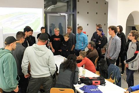 Viele junge Menschen stehen zusammen bei einer Besprechung
