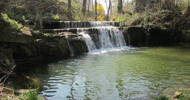 Wasserfall von vorne, der in den Fluss Steinach fließt