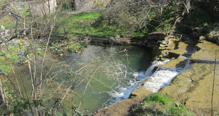 Wasserfall von der Seite, der in den Fluss Steinach fließt