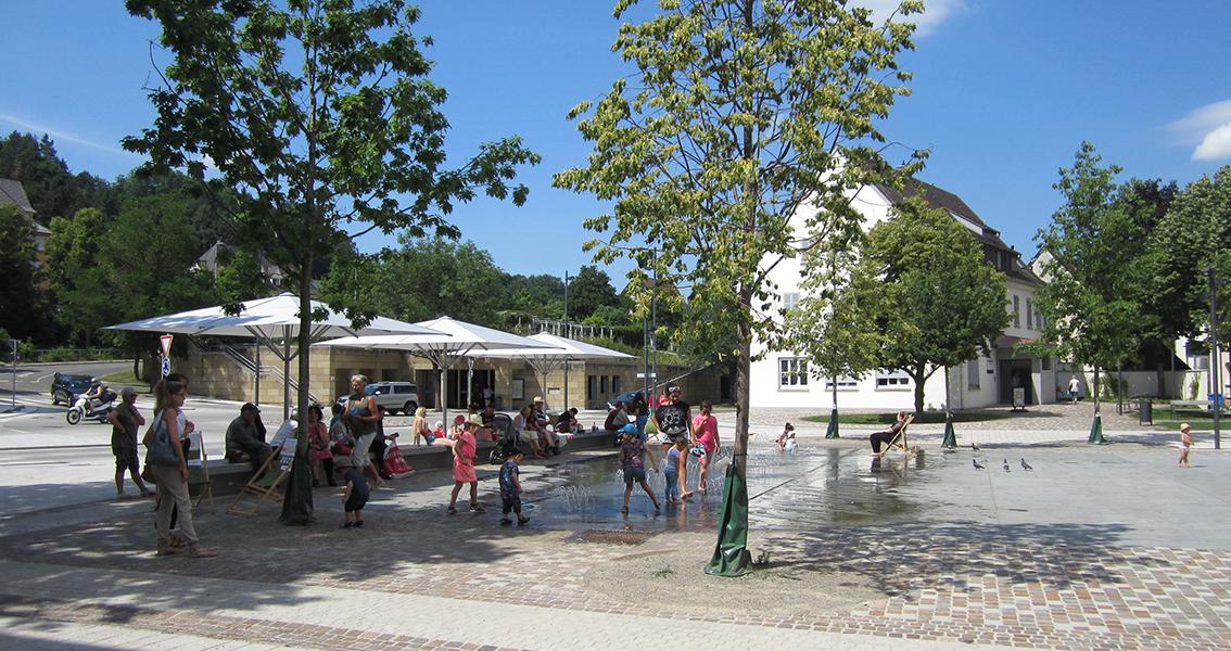 Kirchplatz von Balingen mit Wasser-Anlage, an der Kinder spielen