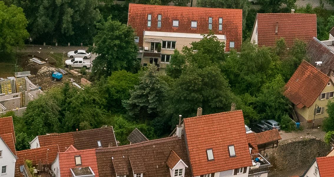 Luftbild von Häusern und einer Baustelle