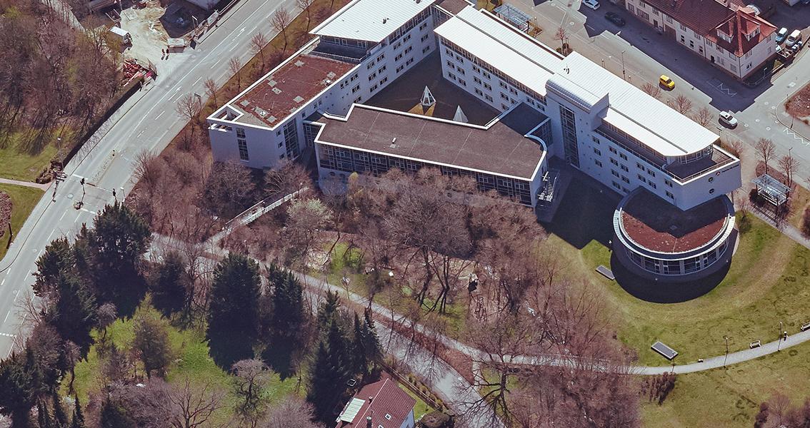 Luftbild mit Straßen, Gebäuden und dem Etzelbach-Spielplatz
