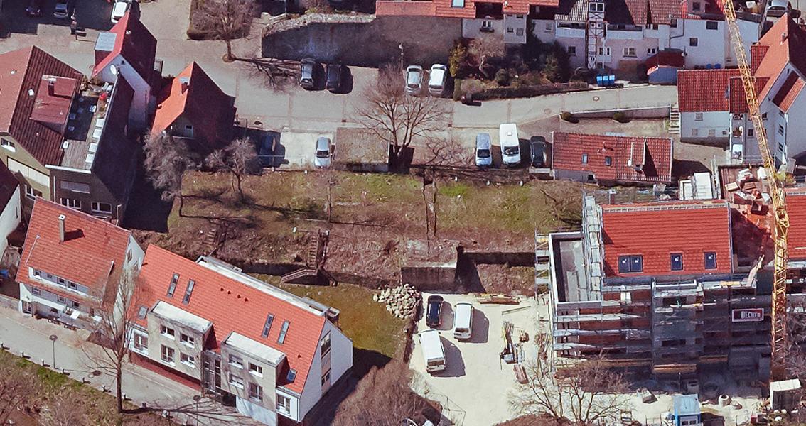 Luftbild von Häusern und Baustelle