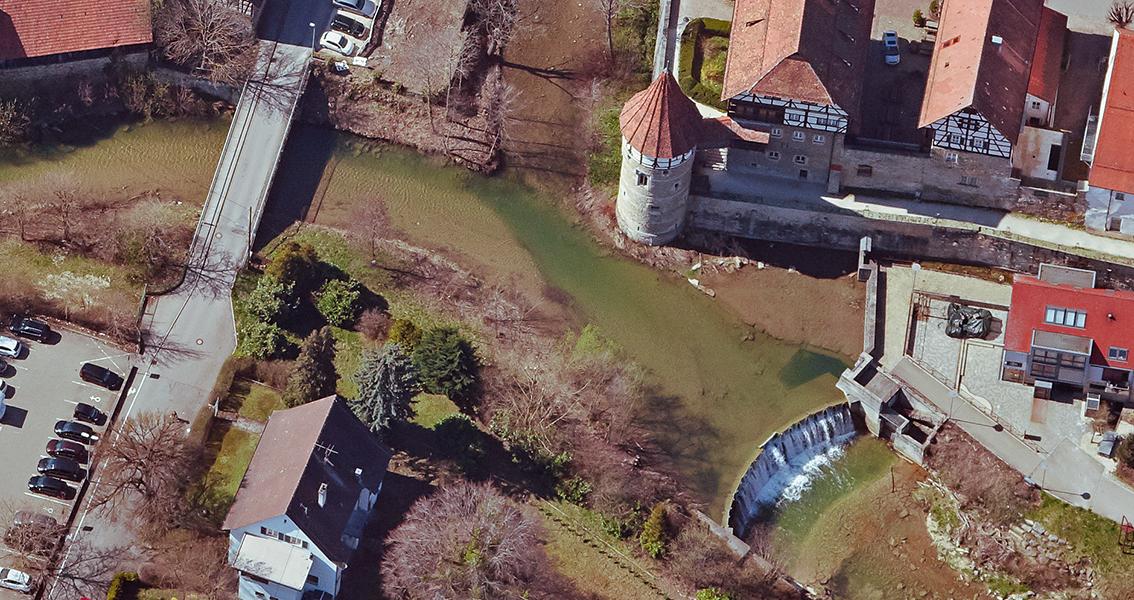 Luftbildvom Stauwehr, Brücke und Schloss
