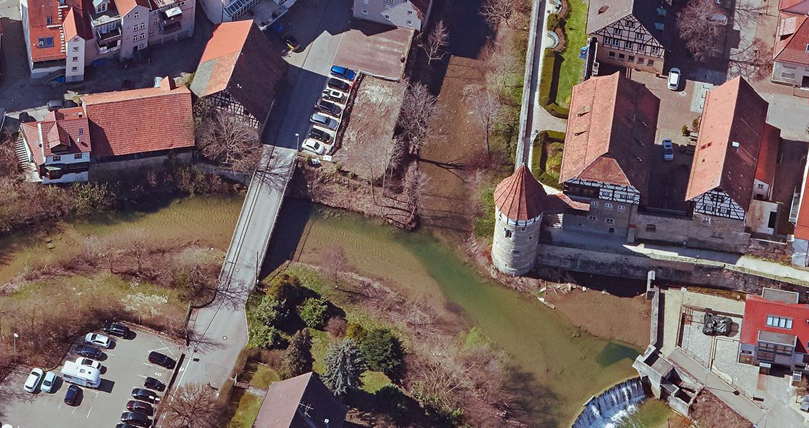 Luftbild vom Fluss Eyach mit Schloss, Turm und Häuser