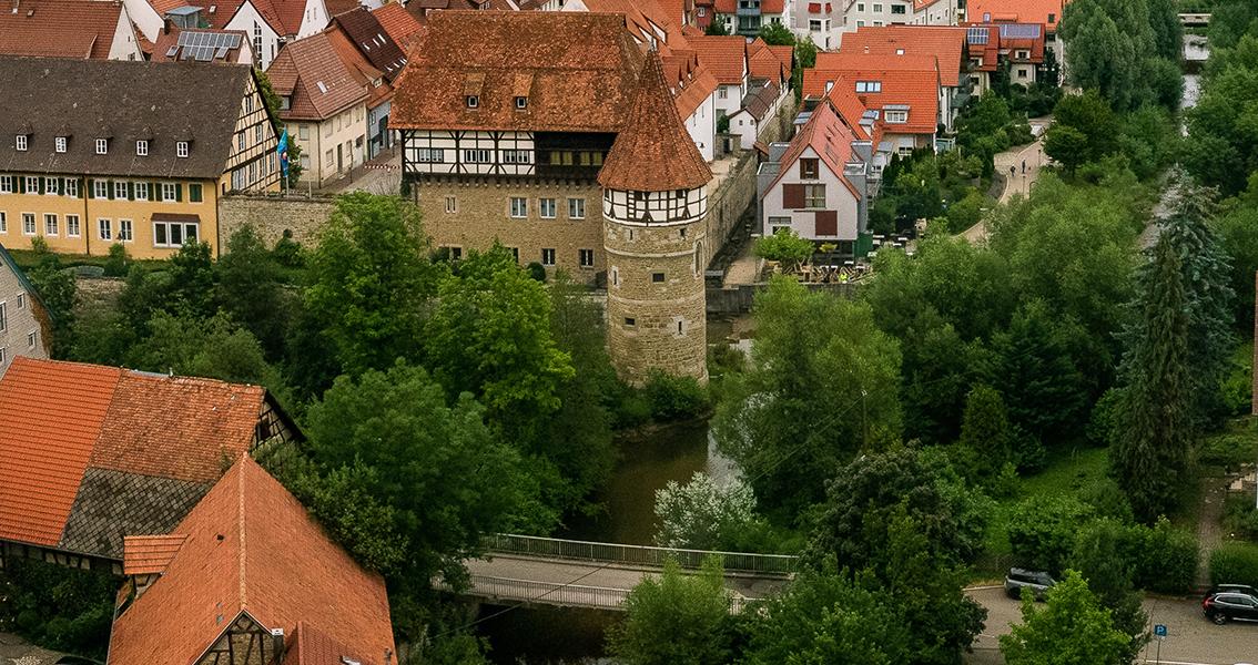 Luftbild von der alten Brücke über den Fluss und dem Zollernschloss