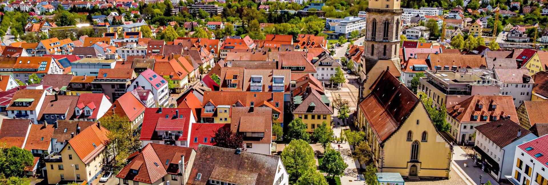 Der Blick auf den Kirchplatz mit der Stadthalle im Hintergrund