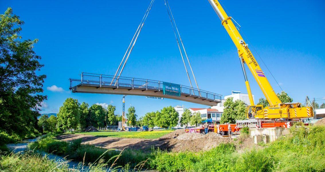 Die Au-Brücke wird mit einem Autokran enthoben