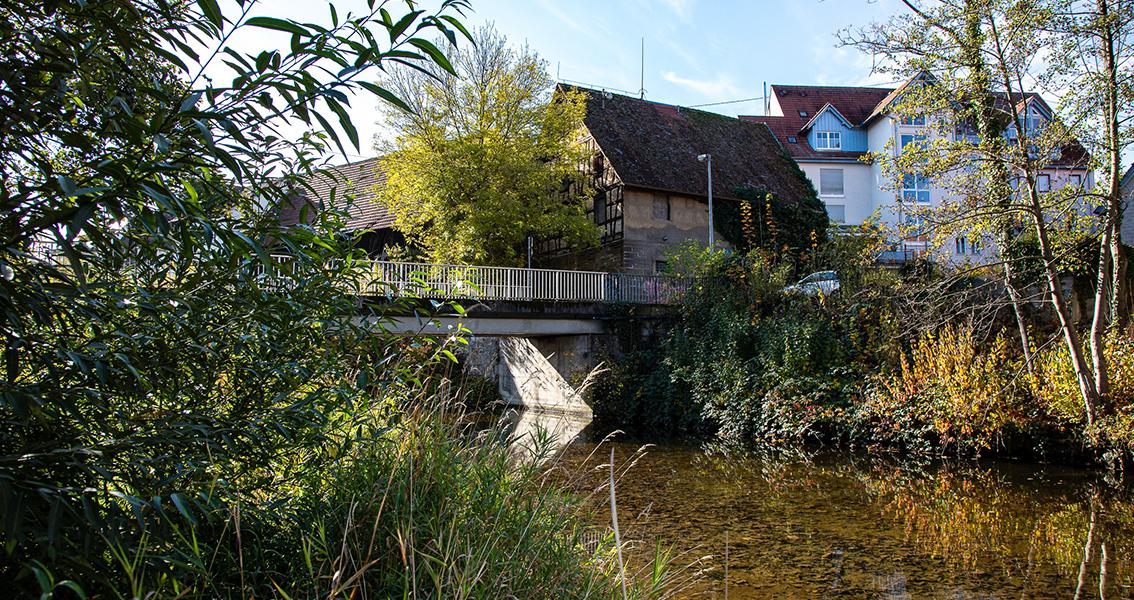 Eine Brücke über einen Fluss