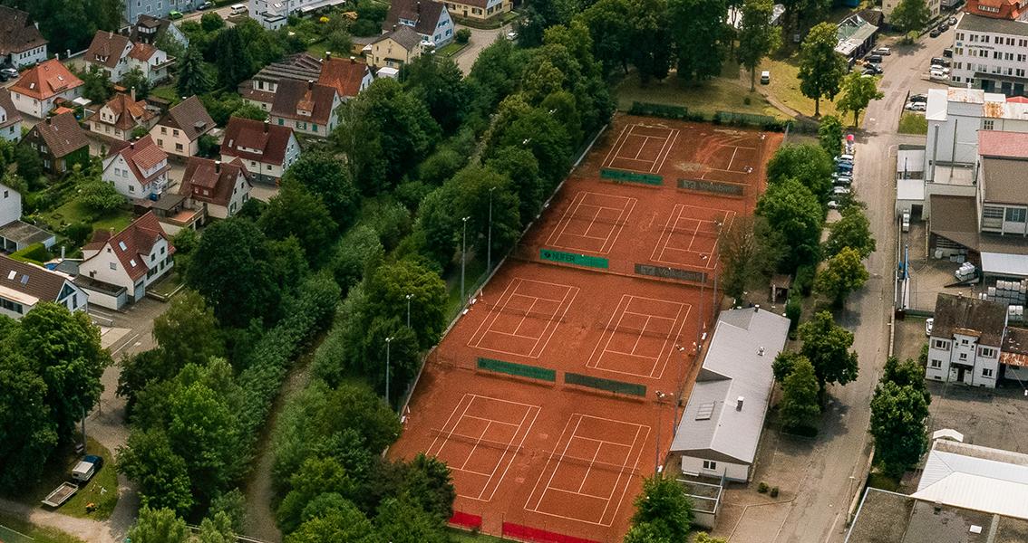 Luftbild von Tennisplätzen am Bach Eyach