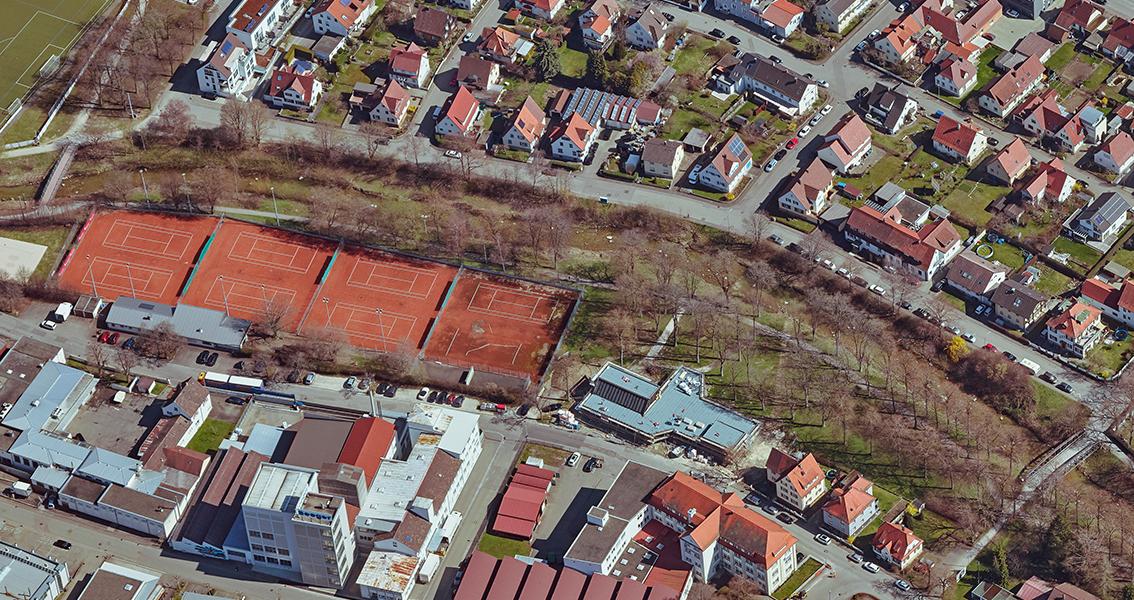 Luftbild von Tennisplätzen, Häusern, Stadtpark, Straßen