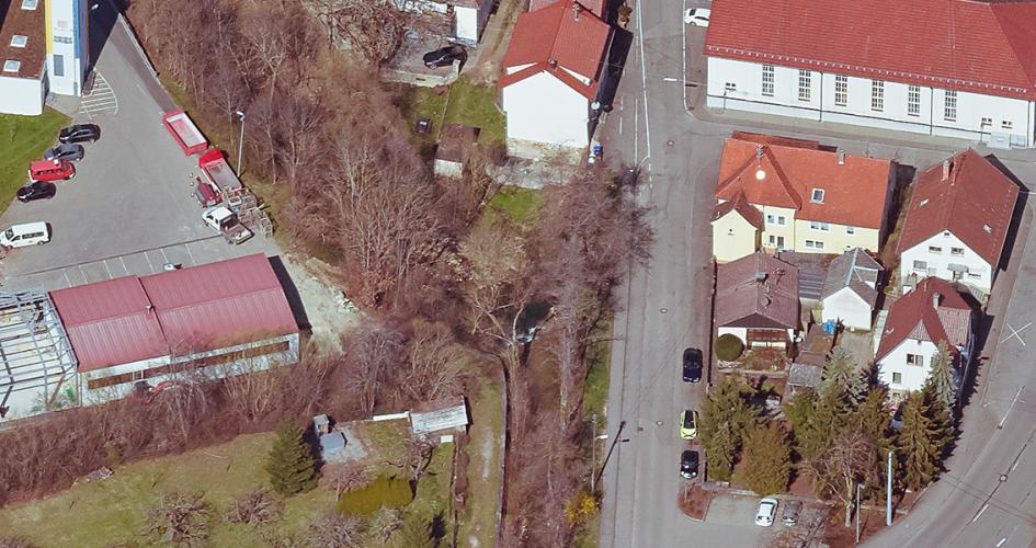 Luftbild von einer Straße mit Häusern