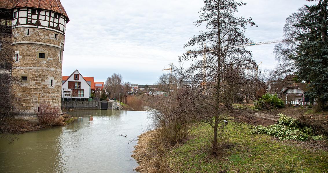 Fluss Eyach fließt am Schloss vorbei