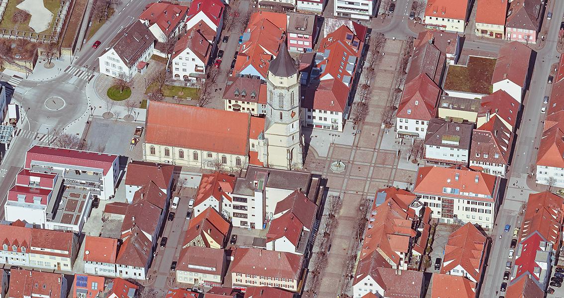 Luftbild vom Marktplatz und vom Kirchplatz mit der Stadtkirche von Balingen