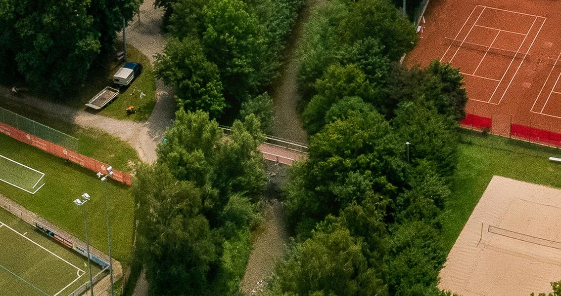 Luftbild von einem Steg über einen Bach