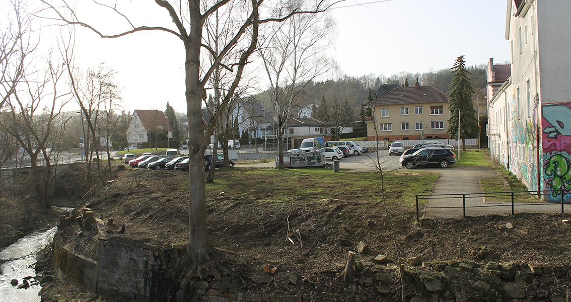 Parkplatz am Jugendhaus Insel mit Flussufer