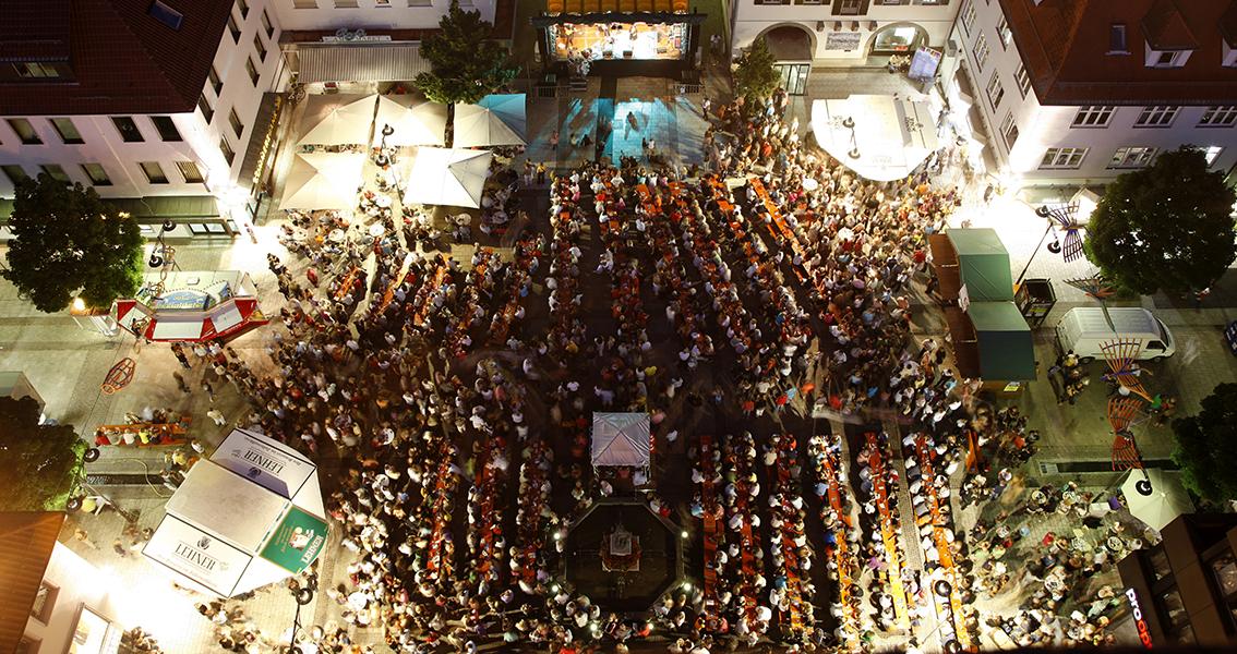Luftbild von einem gut besuchten Konzert auf dem Marktplatz Balingen am Abend