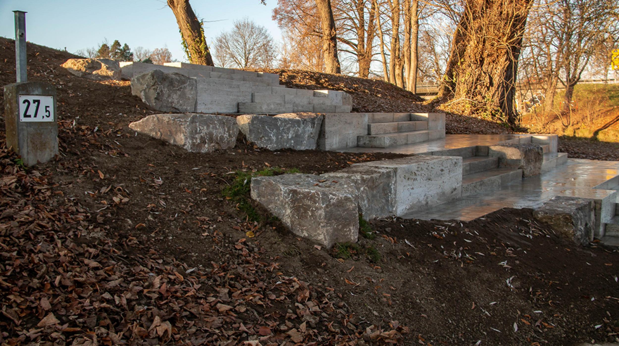 Sitztreppen am Hang aus großen Steinen